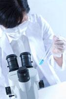 試験管を視る女性研究者