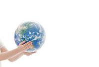 地球儀を抱えるイメージ 10142000861  写真素材・ストックフォト・画像・イラスト素材 アマナイメージズ