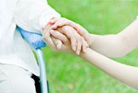 シニア女性の手を握る女性の手