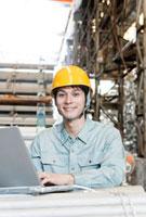 倉庫で働く日本人男性