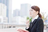 手帳を開く日本人女性