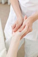 手のマッサージを受ける若い女性 10142001838| 写真素材・ストックフォト・画像・イラスト素材|アマナイメージズ