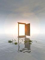 草の生えた水面に立つ扉の向こうで光る太陽