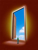 巨大な扉の先に広がる青空を眺める男性