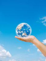 青空背景で手に乗る地球
