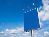青空にそそり立つ青い看板
