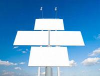 青空にそそり立つ四面の白い看板