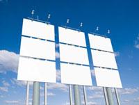 青空にそそり立つ六面の白い看板