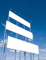 青空にそそり立つ三段の白い看板