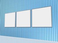 青い金属質の壁面と三面の白パネル
