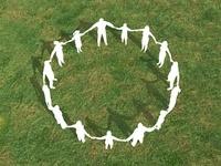 芝生で手をとり輪を作るシルエットイメージ 10143002454| 写真素材・ストックフォト・画像・イラスト素材|アマナイメージズ