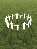 芝生で手をとり輪を作るシルエットイメージ 10143002455| 写真素材・ストックフォト・画像・イラスト素材|アマナイメージズ
