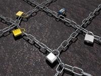 南京錠を噛ませた格子状の鎖