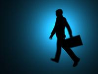 歩くのシルエットのビジネスマン