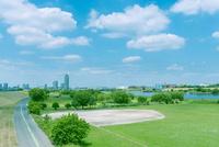 首都高の橋梁と荒川河川敷 10143007814| 写真素材・ストックフォト・画像・イラスト素材|アマナイメージズ