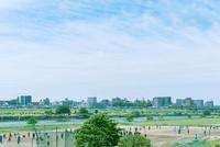サッカーとラグビーを楽しむ多摩川の河川敷 10143007883| 写真素材・ストックフォト・画像・イラスト素材|アマナイメージズ