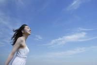 都会の青空の下で空を見上げる女性 10144000784  写真素材・ストックフォト・画像・イラスト素材 アマナイメージズ