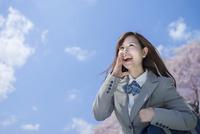 桜と青空をバックに叫ぶ女子高生