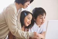 パソコンをする家族