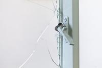 破られた窓ガラス