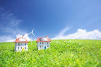 太陽光発電ソーラーパネル付の家と風力発電のクラフト