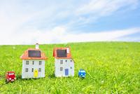 車と太陽光発電ソーラーパネル付の家のクラフト 10146003237| 写真素材・ストックフォト・画像・イラスト素材|アマナイメージズ