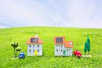 車と太陽光発電ソーラーパネル付の家のクラフト