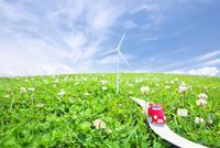 シロツメクサの草原に置いた風力発電と車のクラフト