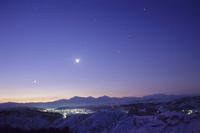 夜明けの越後三山と集落