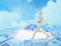 紙幣の上の人物模型