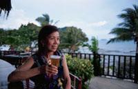 ビールを飲むシニア女性