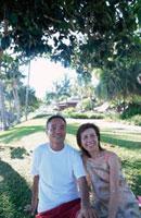 リゾート地にいるシニア夫婦