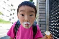 アイスクリームを食べる小学生