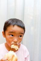 アイスクリームを食べる男の子