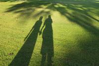 芝生に写る二人の影