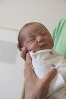 母親の手に抱かれた赤ちゃん
