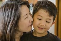 子供に頬ずりする母親