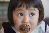 アイスクリームを食べる女の子 10154002454| 写真素材・ストックフォト・画像・イラスト素材|アマナイメージズ