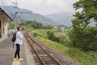 ローカル線の駅で電車を待つシニア女性 10154002796| 写真素材・ストックフォト・画像・イラスト素材|アマナイメージズ