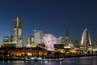 夜景 横浜みなとみらい 10157001061| 写真素材・ストックフォト・画像・イラスト素材|アマナイメージズ