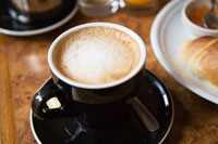 黒いカップのカフェオレ