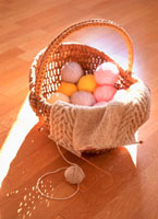 毛糸編みかけのセーターと光 10158001380| 写真素材・ストックフォト・画像・イラスト素材|アマナイメージズ