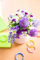 スカビオサとビオラとルピナスの花と文房具 10158001518| 写真素材・ストックフォト・画像・イラスト素材|アマナイメージズ