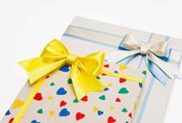 ハート柄のプレゼントとリボン飾り