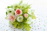 トルコキキョウとバラの花 クローバー柄の包装紙