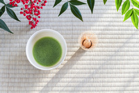 抹茶とナンテンの実 10158005787| 写真素材・ストックフォト・画像・イラスト素材|アマナイメージズ