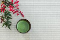 抹茶とナンテン 10158005793| 写真素材・ストックフォト・画像・イラスト素材|アマナイメージズ
