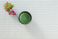 抹茶とナンテン 10158005794| 写真素材・ストックフォト・画像・イラスト素材|アマナイメージズ