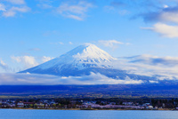 河口湖と富士山にたなびく雲