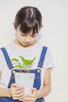 野菜の苗を持つ女の子